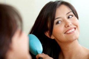 Femme se brossant se cheveux colorés